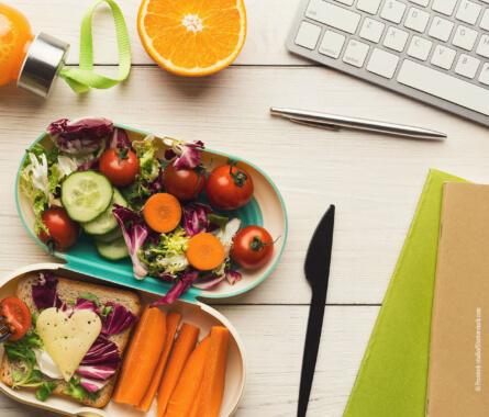 Gesundes Mittagessen im Büro - Bild
