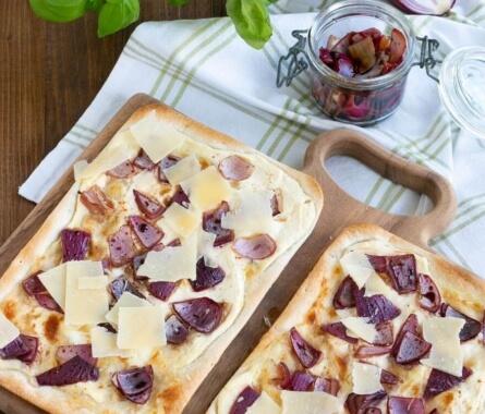 Simpel & köstlich: Flammkuchen mit Balsamico-Zwiebeln - Bild