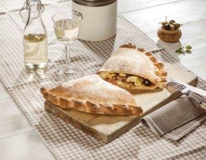 Calzone mit Artischocken und Mozzarella