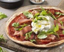 Pizza mit Tomaten, Prosciutto und Burrata