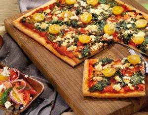 Pizza mit Spinat und Feta