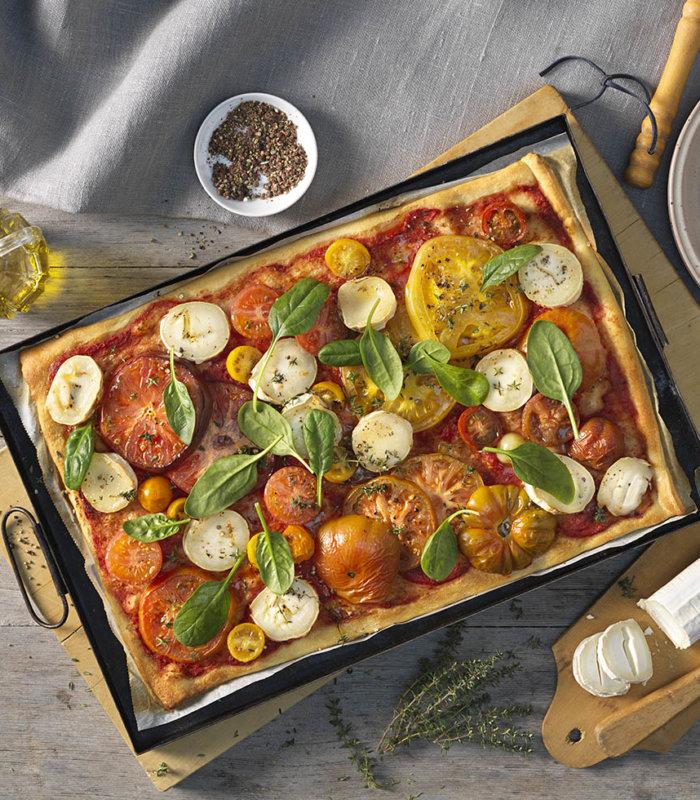 Pizza mit Ziegenkäse und bunten Tomaten