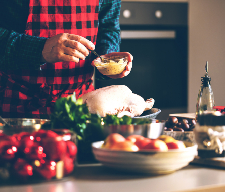 Kochanfänger bereitet Essen zu